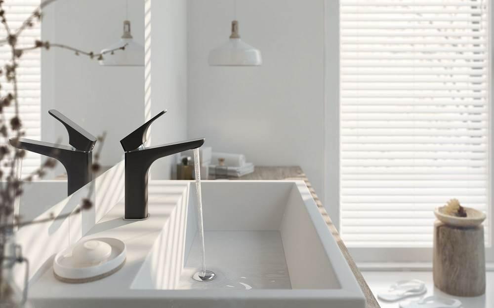 Białe i czarne baterie łazienkowe